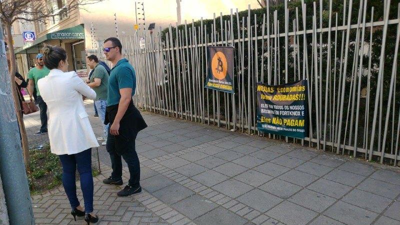 Grupo Bitcoin Banco: Protesto marcado para hoje atraiu pouco mais de 10 pessoas 3