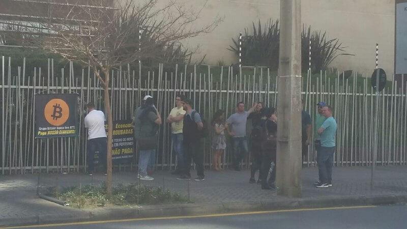 Grupo Bitcoin Banco: Protesto marcado para hoje atraiu pouco mais de 10 pessoas 2